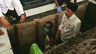 Jakarta, tvOnenews.com - Berita duka datang dari keluarga Presiden Joko Widodo atau Jokowi. Ibunda P.