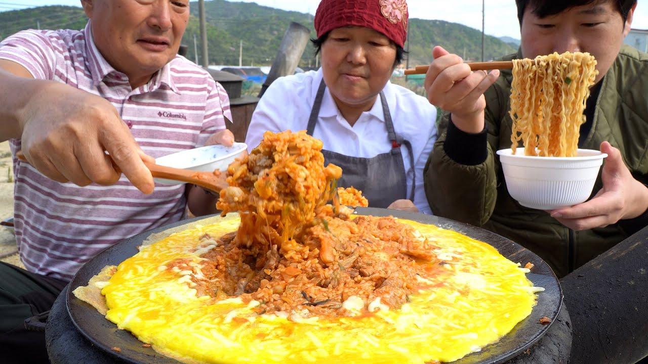[김치볶음밥] 계란, 치즈를 둘러친 솥뚜껑 김치볶음밥!! (Kimchi Fried Rice with egg, cheese) 요리&먹방!! - Mukbang eating show