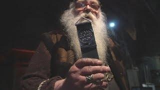 Знаменитый кузнец выковал медаль для лыжного мегамарафона. Real video