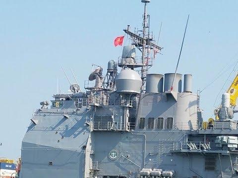 Cận Cảnh Cờ Việt Nam tung bay cùng cờ Hoa Kỳ  trên tuần dương hạm Mỹ tại cảng Đà Nẵng