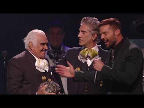 Rico - Don Vicente Fernandez Recibio Premio En Los Latin Grammys