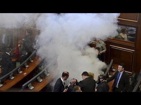 Kosova'da Muhalefet Mecliste Gaz Bombası Attı