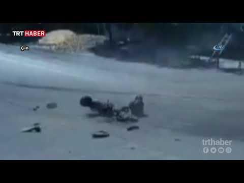 Motosiklet sürücüsü kamyonun altında kalmaktan son anda kurtuldu