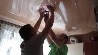 видео Натяжные потолки на кухне