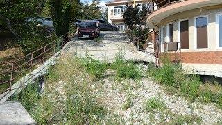 Недвижимость в Сочи: дом без канализации, сползает в пропасть...