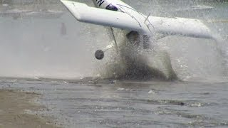 Repeat youtube video NEW ZEALAND PILOTS LEARN WHY BEACHES DON'T MAKE GOOD RUNWAYS - BBC NEWS