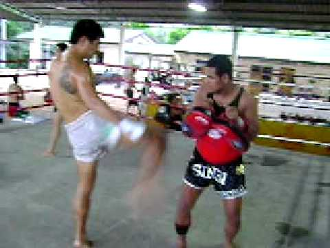 Sinbi Muay Thai – Woo Young does pads