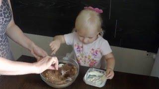 Наша Тая. Делаем пирожное Картошка. Видео для детей. We are preparing a chocolate cake with Taya.(Наша Тая и мама сегодня делают пирожное