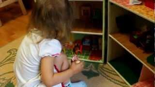 Натусе вручают кукольный дом