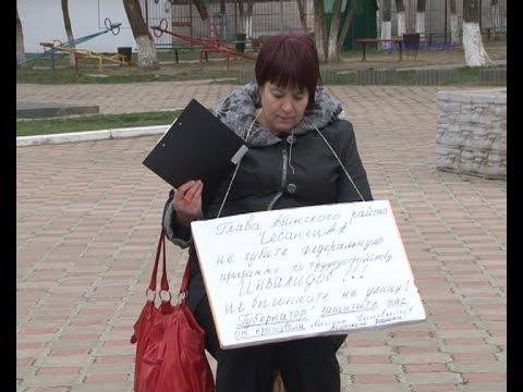 Жительница п.Ахтырский вышла на одиночный пикет у стен администрации Абинского района.