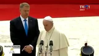 Preşedintele Klaus Iohannis i-a şoptit Papei Francisc cum să salute Garda de Onoare :)