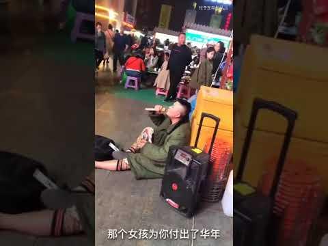 街头演唱(那個女孩),百人围观全网最好听版本,唱哭路人。