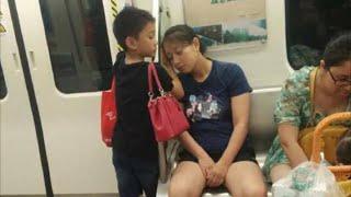Мальчик стоял рядом со своей матерью в метро и чтобы ей было удобней спать он подставил свою руку!