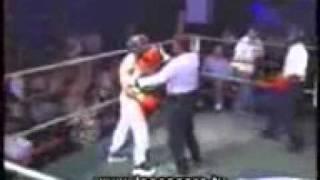 Lutador desafia um cara da plateia  e apanha feio!!!!