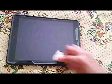 Cleaning Apple iPad 2 Screen With Pre-Moistened Lens Cloth