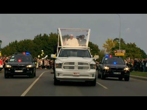Le Pape François traverse les rues de Vilnius en Popemobile