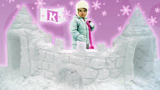 Фигуры из снега лепим снежный замок Snow figure sculpt snow palace(Кристина катается на санках, спускается с горок и лепит из снега фигуру в виде дворца, замок принцессы. Christine..., 2016-01-16T15:00:52.000Z)
