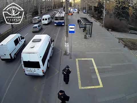 Появилась видео ДТП с маршруткой в центре Волгограда