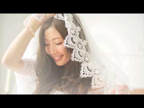 花嫁のベールをかぶり微笑む歌手活動中のティアラ