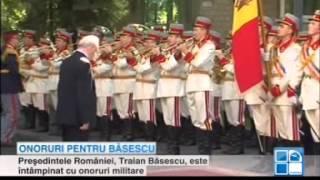 Băsescu întâmpinat cu îmbrățișări și onoruri militare la Chișinău
