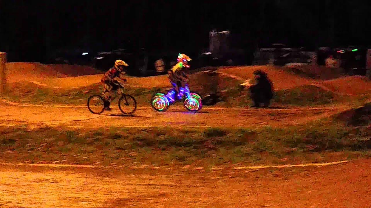 Licht In Fietswiel : Licht fiets race youtube