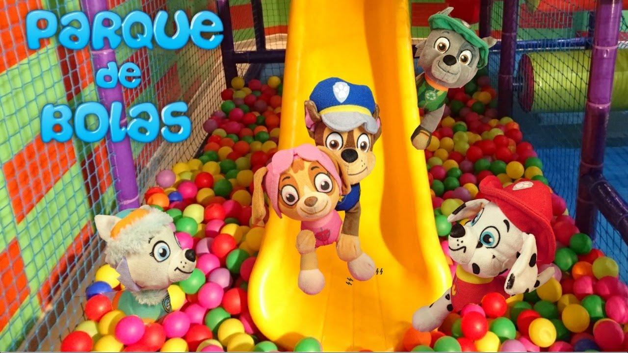 La patrulla canina juega y se divierte en el parque de for En pelotas en la piscina