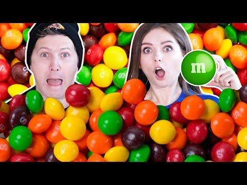 Ищем ОДИН M\u0026Ms в 1000 Skittles! Кто быстрее найдет ЧЕЛЛЕНДЖ 🐞 Эльфинка