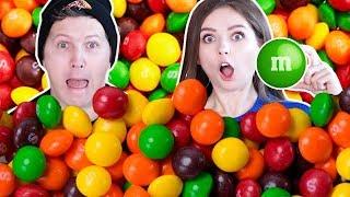 Ищем ОДИН M&Ms в 1000 Skittles! Кто быстрее найдет ЧЕЛЛЕНДЖ 🐞 Эльфинка
