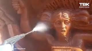 """В Красноярске моют скульптуру на """"Доме кино"""""""