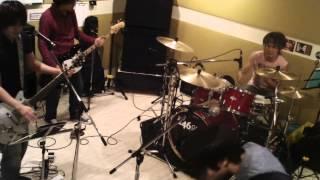 日本コンピュータ専門学校での学祭ライヴ用のカヴァー曲の練習風景。 荒...