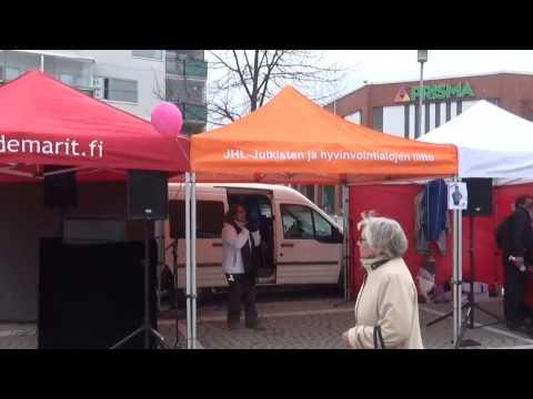 Ann Selin laulaa karaokea Ylä-Malmin torilla