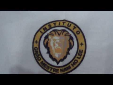 MESTRE BRAVIN 6º DAN APRESNTANDO UMA CAMISA  DE TAEKWONDO DE SUA AUTORIA