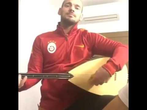 """Sneijder bağlama ile """"Ben yoruldum hayat"""" çalıyor"""