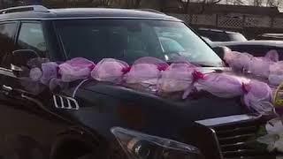 Сиреневое свадебное автоукрашение