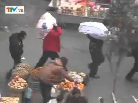 Dùng đũa ăn cắp điện thoại ở khu chợ.mp4
