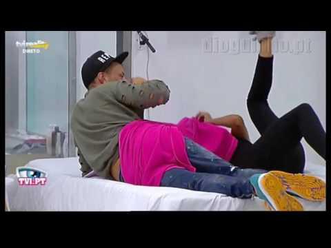 Helena Isabel e Cláudio trocam beijos  Ela faz o teste dos dedos Casa dos segredos 6