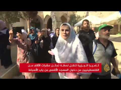 الفلسطينيون يؤدون الصلاة بالمسجد الأقصى