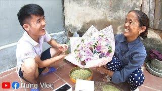 Hưng Vlog - Tặng Iphone XS Max Xịn Xò Và Hoa Đồng Tiền Cho Mẹ Bà Tân Vlog Xem Phản Ứng Của Mẹ NTN