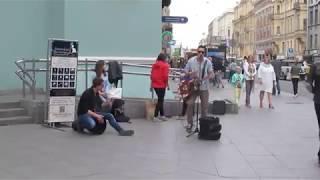Уличные музыканты играют Найк Борзов Верхом на звезде