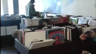 """Les Beastie Boys dans la boutique """"Groove Merchant Records"""" à San Francisco - Archive INA"""