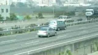 高鐵與高速公路上的車子競速