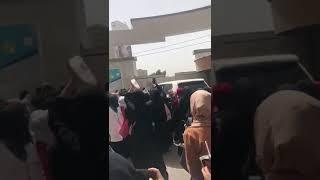 طالبات جامعة العلوم والتكنولوجيا بصنعاء يتظاهرن ضد ممارسات مليشيا الحوثي بحق الجامعة