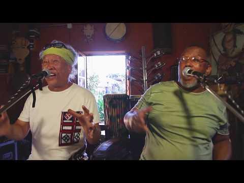 MANDRAVA SAROTRA  -Olombelo Ricky featuring Edgard Ravahatra (Clip officiel)