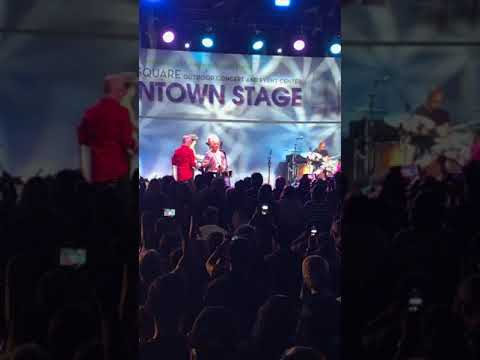B52's Planet Claire -Fred Schneider falls off stage and keeps singing