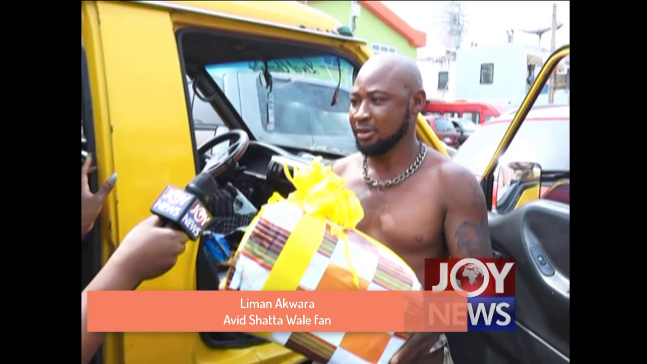 A driver who has identified himself as Liman Akwara shocked onlookers when he cut short his trip to meet his idol Shatta Wale at Hitz FM, Friday. Videos have been trending fast on social media that show a die-hard Shatta Wale fanatic who is a Trotro driver who has gone the extra mile to show his love for the dancehall act.