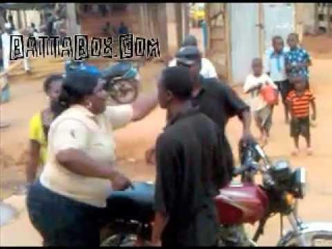 Nigeria: big woman attacks motorcyclist