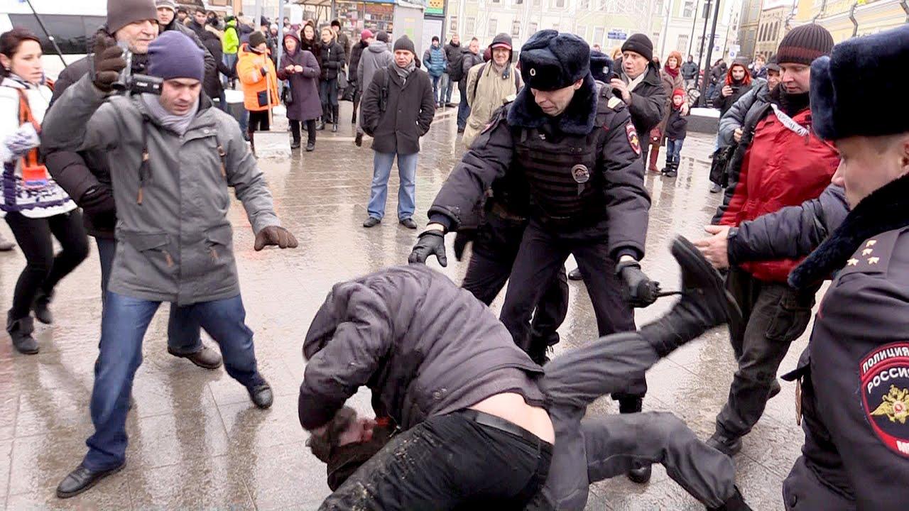 Susținător al lui Putin aruncă fecale în opozanți
