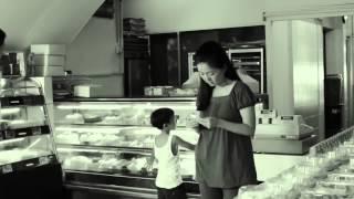 У женщины в магазине не хватило денег на торт.