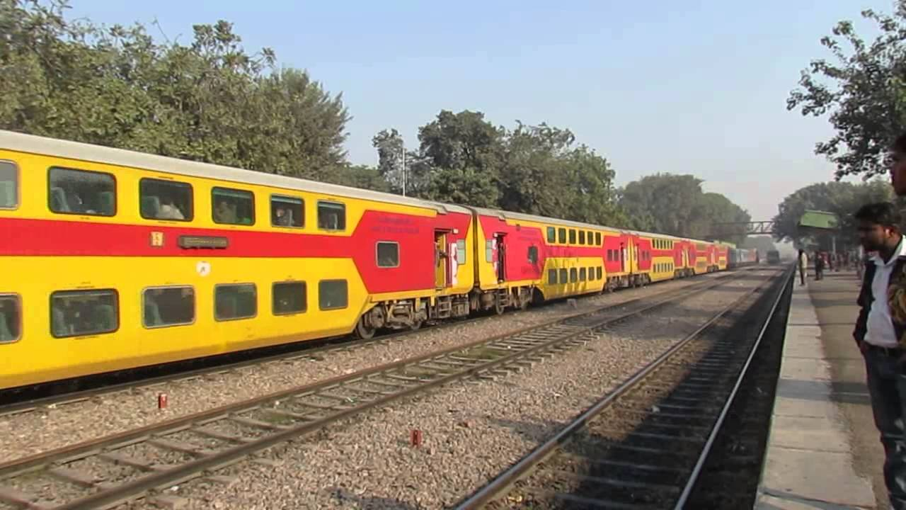 12985 Jaipur Double Decker express passes through loop at palam