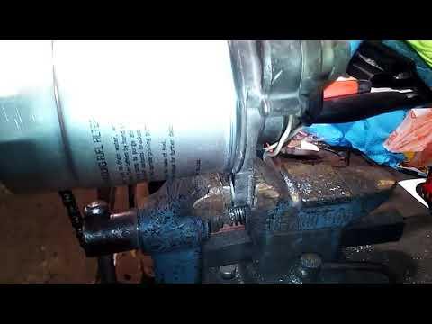 Toyota Hilux Surf 185 1kz-te замена топливного фильтра и как прокачать топливо.
